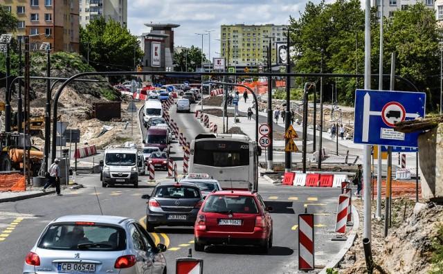 Kolejne zmiany przy budowie Kujawskiej powodują spore problemy logistyczne. Jak mówi bydgoszczanin, od 5 czerwca ProNatura nie może odbierać stamtąd śmieci. Mieszkańcy ulicy muszą chodzić aż do Sierocej.