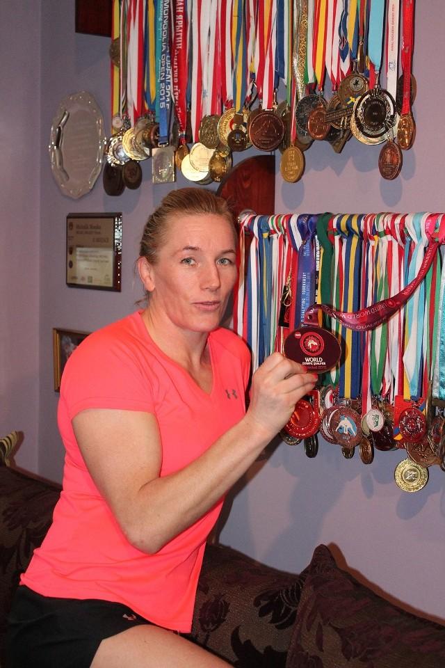 Monika ma sporą kolekcją medali i pucharów.