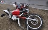 Kaskaderski wybryk na motocyklu zakończony spektakularną kraksą i pobytem w szpitalu