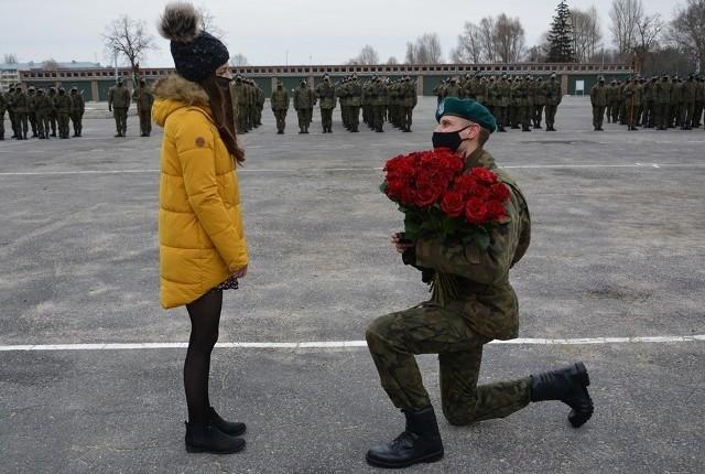 W sobotę, 6 lutego, na terenie koszar 5. Lubuskiego pułku artylerii w Sulechowie odbyła się przysięga wojskowa żołnierzy służby przygotowawczej. Po oficjalnej ceremonii Kacper Matz, a ppor. Anna Dudek poprosiła o wyjście na plac Patrycję Zarychtę. Dziewczyna była zszokowana. Nie wiedziała, co się dzieje. Tymczasem jej chłopak uklęknął, wyciągnął pierścionek i poprosił ją o rękę.