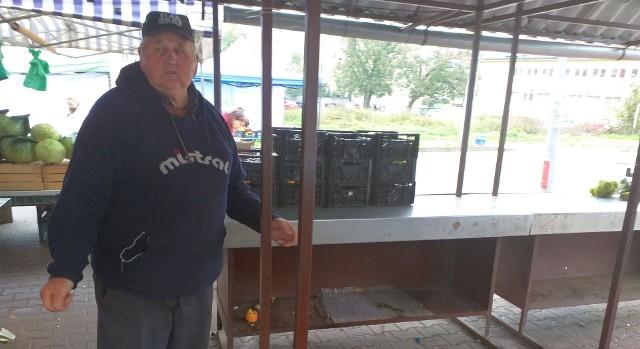 Stanisław Rzadkowski z Kurcewa w gminie Stargard w poniedziałek przyjechał z warzywami na stargardzki rynek już ok. 4.40 nad ranem. Pokazuje miejsce, w którym leżały zwłoki mężczyzny.