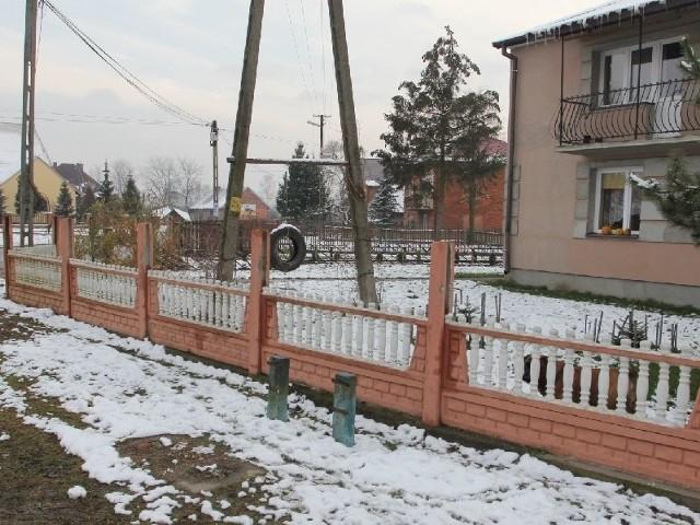 Pijany wandal zniszczył ogrodzenie i groził jego właścicielowi.