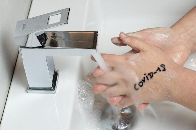 Koronawirus jest przenoszony m.in. na dłoniach, dlatego poza domem należy unikać dotykania nimi okolic twarzy czy jedzenia oraz często myć i/lub dezynfekować ręce