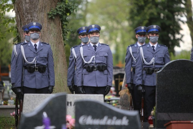 Poległy policjant został pochowany z honorami. Żegnali go koledzy po fachu i tłumy