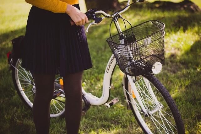 Mężczyzna ukradł towar z rowerowego koszyka.