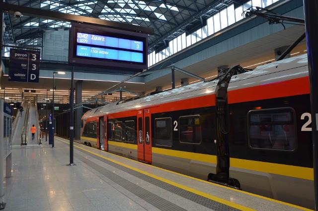 Z ogromnego, zbudowanego za ponad dwa miliardy złotych Dworca Fabrycznego odjeżdżają pociągi do Zgierza...