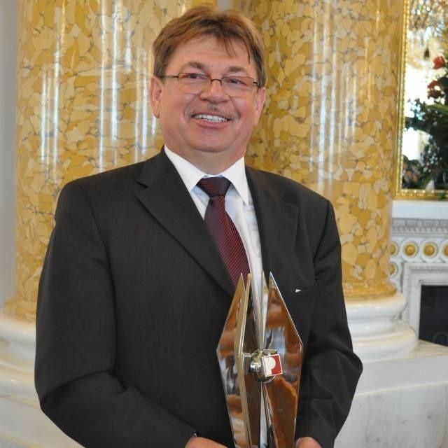 Jacek Koźlecki, prezes zarządu Doliny Nidy z okolicznościową statuetką.