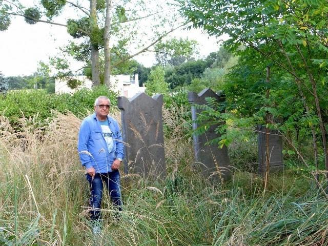 Wiesław Hawełko-Wizo rozpoczął doprowadzanie cmentarza mennonickiego w Szynychu do porządku: wycinanie chwastów, karczowanie drzew. - Plan jest taki, aby nekropolię gruntownie odnowić - mówi Hawełko-Wizo. Pomaga mu coraz więcej osób.