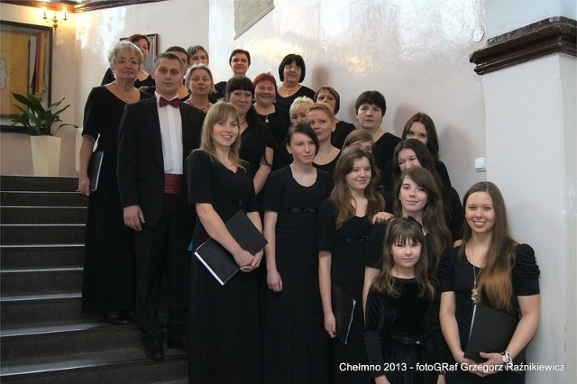 Aleksandrowskie chórzystki i ich dyrygent Jarosław Dąbrowski