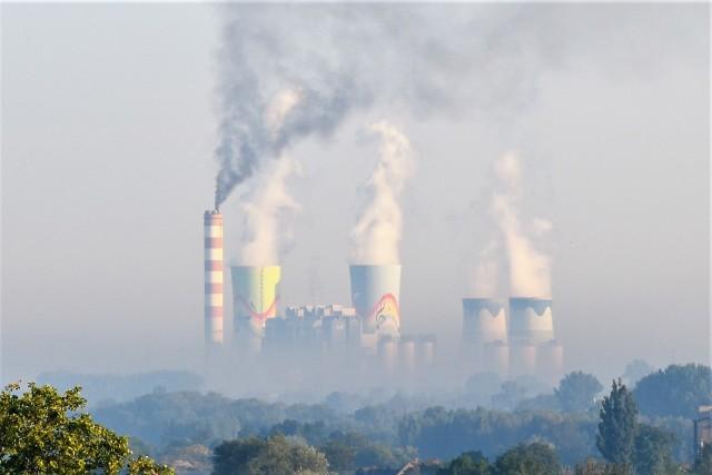 Ciemny dym wylatuje z komina Elektrowni Opole w poniedziałek 14 września