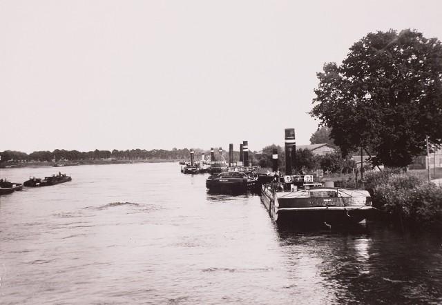Rok 1930. Być może właśnie te barki cumujące na Odrze przeszły remont w Stoczni Zacisze