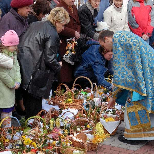 Sobotnie święcenie pokarmów obok soboru archikatedralnego w Przemyślu.