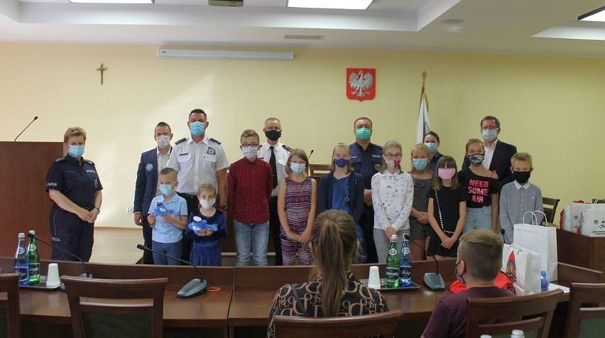 """Laureaci i przedstawiciele organizatorów konkursu  """"Nie(bezpieczna) woda"""" podczas spotkania w Urzędzie Miejskim w Kruszwicy"""