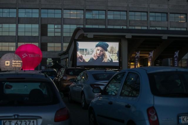 Filmy są emitowane na parkingu Stadionu Miejskiego im. H. Reymana w Krakowie.
