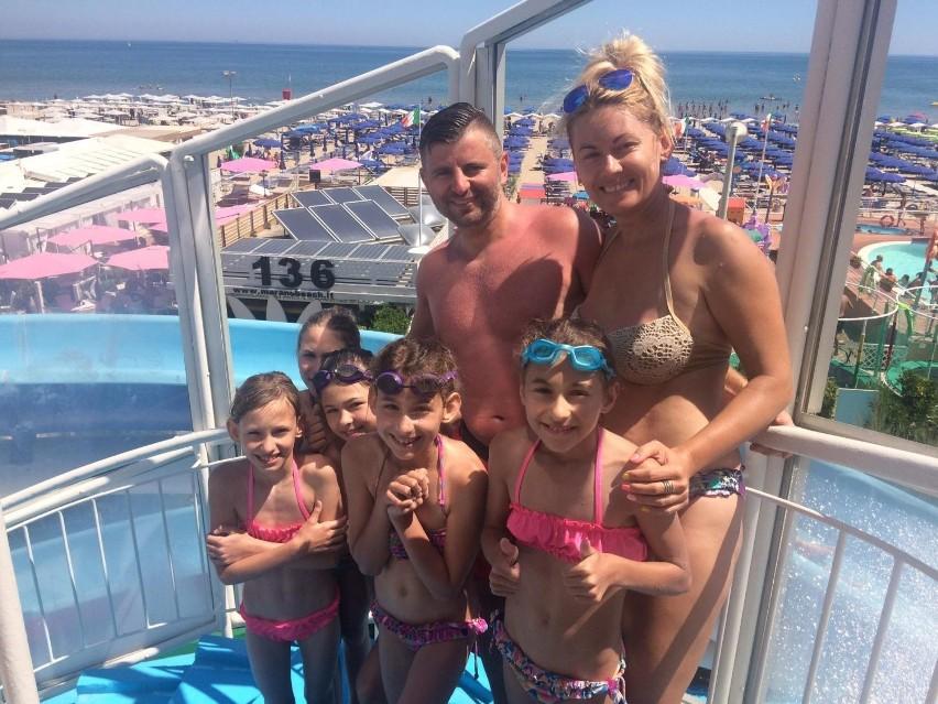 Kieleckie pięcioraczki wypoczywają w słonecznych Włoszech razem ze swoimi rodzicami: Pauliną i Piotrem Szymkiewicz