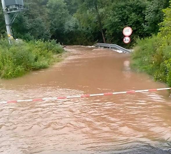 Tak wyglądała droga w Barwałdzie Górnym, we wczesnych godzinach rannych 18 lipca 2021