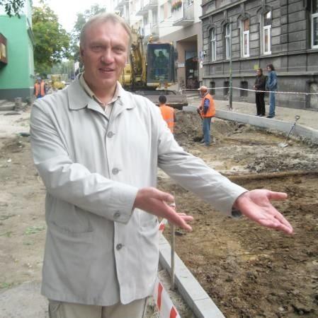 - Tutaj, na ul. 1 Maja, gdzie od wielu lat była kostka granitowa nie powinno być asfaltu – mówi Piotr Mazurkiewicz.