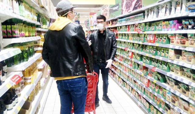 W związku z epidemią koronawirusa, Ministerstwo Rozwoju już w marcu przygotowało zalecenia dla placówek handlowych, w szczególności dla sklepów spożywczych i piekarni. Od kilku miesięcy epidemii większość z nas nie zapomina już o dezynfekcji rąk przy wejściu do sklepu, konieczności zachowania bezpiecznej odległości w kolejkach i przy kasie czy płatności bezgotówkowej. Jak jednak zachowujemy się podczas robienia zakupów? Czy potrafimy dbać o prawidłową higienę, która zabezpiecza nas przed zakażeniem koronawirusem? Co trzeba wiedzieć, żeby bezpiecznie robić zakupy w czasie epidemii? Sprawdź! ----->