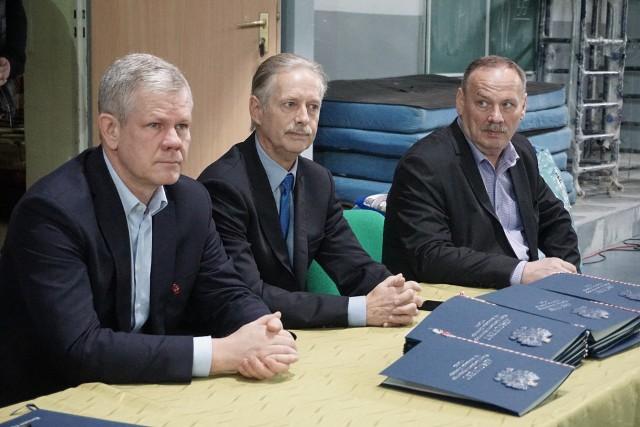 Prezes Adam Kaźmierczak, trener Mirosław Dawidowski, prezes UKS SMS Janusz Matusiak