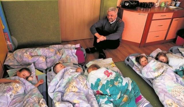 Jak co roku ojciec Edward Konkol chciałby zabrać do Jastarnii jak największą grupę dzieci. Śmieje się, że zanim maluchy ze stowarzyszenia wsiądą do pociągu nad morze, już śnią o wakacjach.