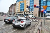 Przez plac Orląt Lwowskich na czerwonym świetle. Źle zaprojektowany sygnalizator utrudnia ruch [FILM, ZDJĘCIA]