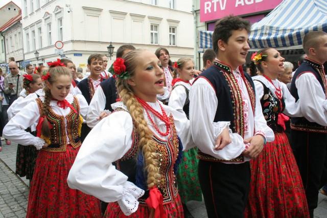 Na zajęcia Zespołu Pieśni i Tańca Pomorze przyjść można codziennie, oprócz środy i potem występować podczas miejskich imprez