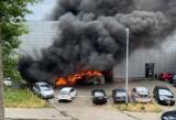 Pożar przed Fit Fabric w Łodzi. Paliły się samochody na parkingu przy ulicy Kilińskiego