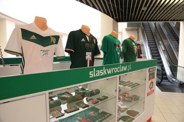 Wyspa Kibica w Arkadach Wrocławskich. Fani Śląska na razie muszą zaczekać na dostawę zielonych koszulek meczowych