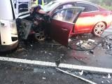 Tragiczny wypadek pod Łodzią. Osobówka zderzyła się z tirem. Dwie osoby nie żyją. Dziecko w szpitalu ZDJĘCIA