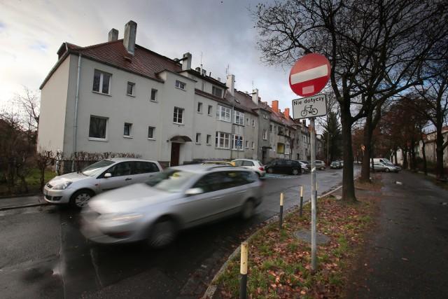 Mieszkańców Wrocławia denerwują źle zaparkowane samochody, ulice, na których jest zła organizacja ruchu, kiepska nawierzchnia i problemy z oznakowaniem czy właściwym ustawieniem sygnalizacji świetlnej. Wszystkie te problemy zgłaszają Policji, korzystając z internetowej Mapy Zagrożeń Bezpieczeństwa.Zobaczcie, które miejsca we Wrocławiu wskazują najczęściej, gdzie szczególnie powinni uważać kierowcy. Jeśli uważacie, że jakieś miejsce powinno trafić do tego zestawienia, napiszcie do nas: redakcja@gazeta.wroc.pl.