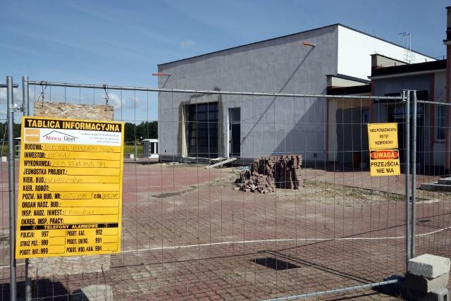 Spopielarnię zwłok przy cmentarzu w Kobylance buduje Rem - Bud. Wartość inwestycji: ponad 2,3 mln zł. Budynek stoi przy domu pogrzebowym na cmentarzu.