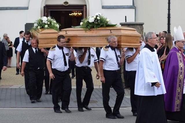 Pogrzeb ofiar zbrodni w Borowcach 20 lipca 2021 r. w Dąbrowie ZielonejZobacz kolejne zdjęcia. Przesuwaj zdjęcia w prawo - naciśnij strzałkę lub przycisk NASTĘPNE