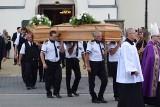 Pogrzeb rodziny zamordowanej w Borowcach. Biskup Przybylski: To był zwyczajny, dobry dom. Tłumy żegnały Janusza, Justynę i ich syna Jakuba
