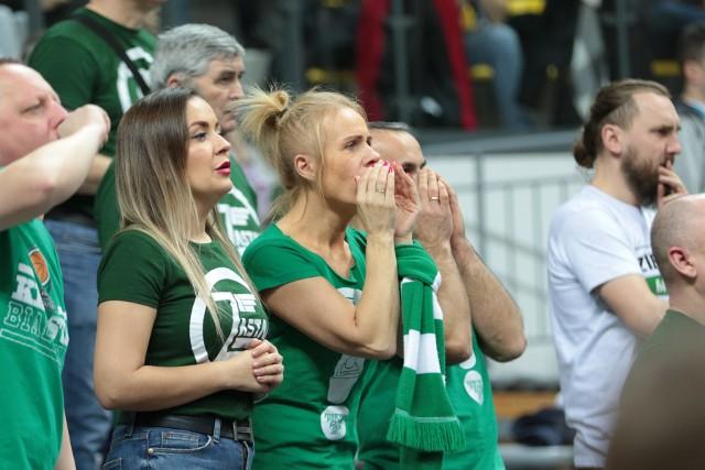 W sobotę zielonogórski Stelmet Enea BC rozegrał ostatni mecz w hali CRS w 2019 roku. Rywalem był rosyjski Lokomotiv Kubań Krasnodar Ponad trzy tysiące widzów zaliczyło bardzo emocjonujące spotkanie. Kibice jak zwykle nie zawiedli. Dzielnie wspierali zielonogórskich koszykarzy i zrobili w hali CRS wspaniałą atmosferę.Szczególnie w gorącej końcówce sprawili że ogłuszający doping pomógł dogonić rywala.Polecamy też wideo: Stelmet Enea BC Zielona Góra vs Hydrotruck Radom