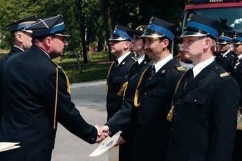Podczas dnia świętego Floriana strażacy zawodowi otrzymali awanse na wyższe stopnie Fot. Bogdan Pasek