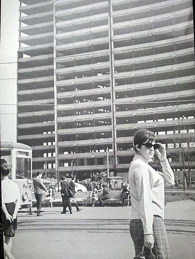 Budynek DOKP powstawał na początku lat 70. Był efektowną  budowlą ze szklaną elewacją w samym centrum miasta