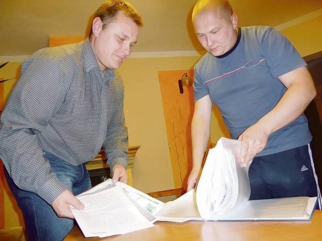 - Od roku toczymy z sąsiadem bój o drogę - mówią Grzegorz Mićko i Łukasz Szostek. - Mimo, że byliśmy przekonani o własnej racji, inspektor wciąż działał na naszą szkodę. Teraz mamy szansę na sprawiedliwy werdykt urzędu.