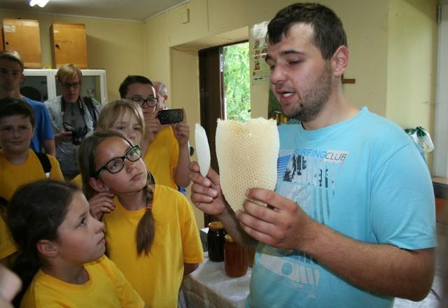 To były warsztaty pszczelarskie w Ośrodku Doradztwa Rolniczego Zarzeczewo koło Włocławka. Wczoraj ze Świecia wyruszył tam pełen autokar. Do dzieci przyłączyli się doświadczeni pszczelarze z gmin Świecie, Jeżewo i Pruszcz. Jednak maluchy robiły największe wrażenie -  wystąpiły w kompletnych strojach pszczelarskich. Ich starsi koledzy byli zachwyceni tym widokiem. Na dodatek każdy pszczelarz wrócił z Zarzeczewa z młodą matką pszczelą - takie prezenty pasiecznicy lubią najbardziej!