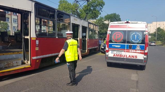 Wypadek na Dąbrowskiego w Łodzi. Zderzenie tramwaju z samochodem. Autem podróżowała matka z dzieckiem