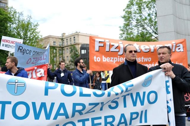 Manifestacja środowiska zrzeszającego fizjoterapeutów pod Sejmem w Warszawie.