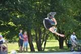 W skateparku na łódzkim Widzewie można przestać wierzyć w grawitację... Szalone ewolucje na rolkach, deskach i rowerach
