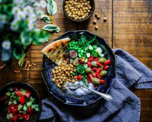 Dania roślinne diety Eco-Atkins mogą być kolorowe, smaczne i sycące. Nie trzeba z niczego rezygnować, bo większość zwierzęcych produktów ma już swoje odpowiedniki – tak jest m.in. w przypadki wędlin, serów, burgerów, jogurtu czy majonezu.