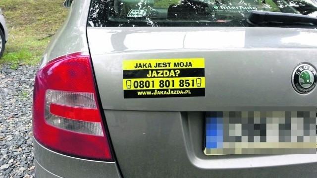 Takie naklejki z numerem telefonu do całodobowego call center mają zdyscyplinować kierowców służbowych aut do przepisowej jazdy.