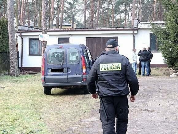 W domu jednorodzinnym na jednym z osiedli we Włocławku policjanci znaleźli zwłoki kobiety, po chwili znaleźli ciała kolejnych dwóch osób. Ustalono, że to matka nieżyjącej i jej brat.