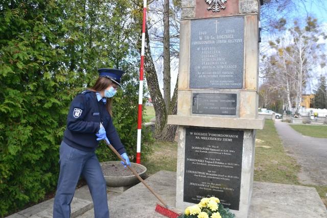 Porządkując teren Pomnika Katyńskiego, funkcjonariusze mogli okazać  szacunek i pamięć o ofiarach zbrodni katyńskiej.