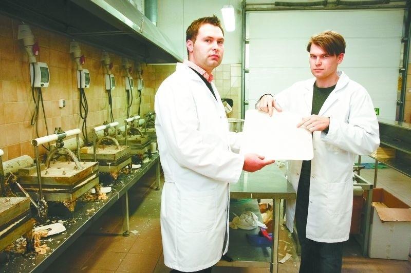 """– Opłatka nie może zabraknąć na naszych stołach – mówi Karol Wierzbicki (z prawej), który razem ze swoim bratem Markiem prowadzą piekarnię """"Panis"""" w Białymstoku"""