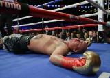 Artur Szpilka brutalnie znokautowany na gali w Londynie. Dereck Chisora powalił go w drugiej rundzie [WIDEO]