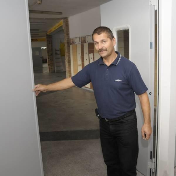 Krzysztof Sowa, kierownik Okrąglaka pokazuje nowe drzwi przeciwpożarowe.