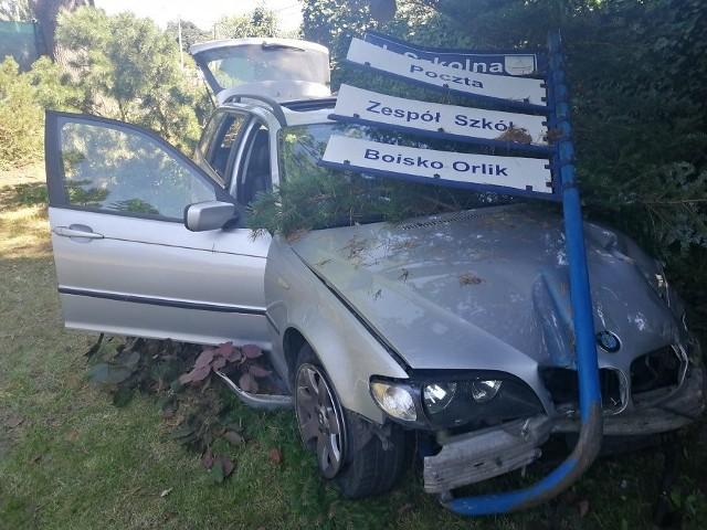 Kierowca BMW nie zatrzymując się i nie udzielając pomocy pieszemu, odjechał z miejsca zdarzenia i po przejechaniu około 50 metrów uderzył w znak informacyjny oraz w płot ogradzający posesję.