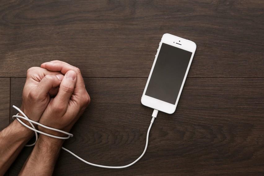 Osoby silnie uzależnione od swojego smartfona korzystają z niego ponad 3 godziny dziennie, a powiadomienia sprawdzają również w nocy